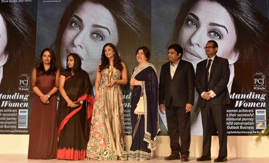 aishwarya-rai-bachchan-awarded-at-the-2nd-outlook-business-outstanding-women-awards-10