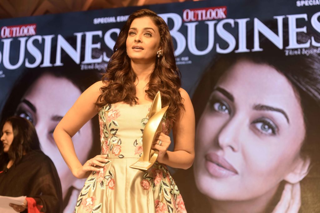 aishwarya-rai-bachchan-awarded-at-the-2nd-outlook-business-outstanding-women-awards-4
