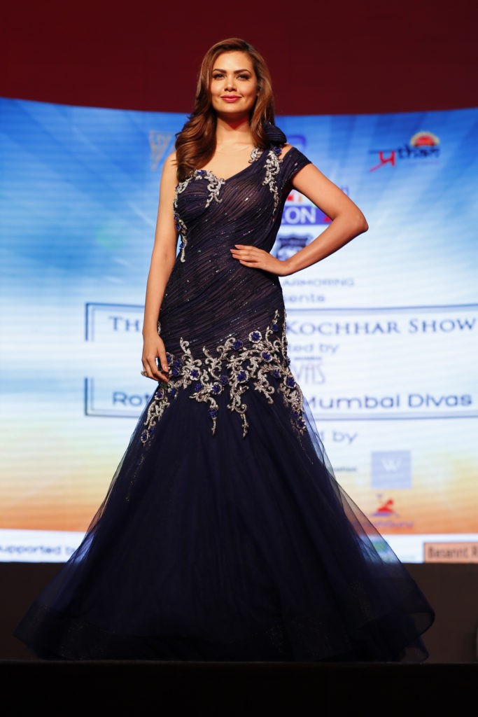 14-esha-gupta-displaying-designer-archana-kochar-collection-_ap_1174