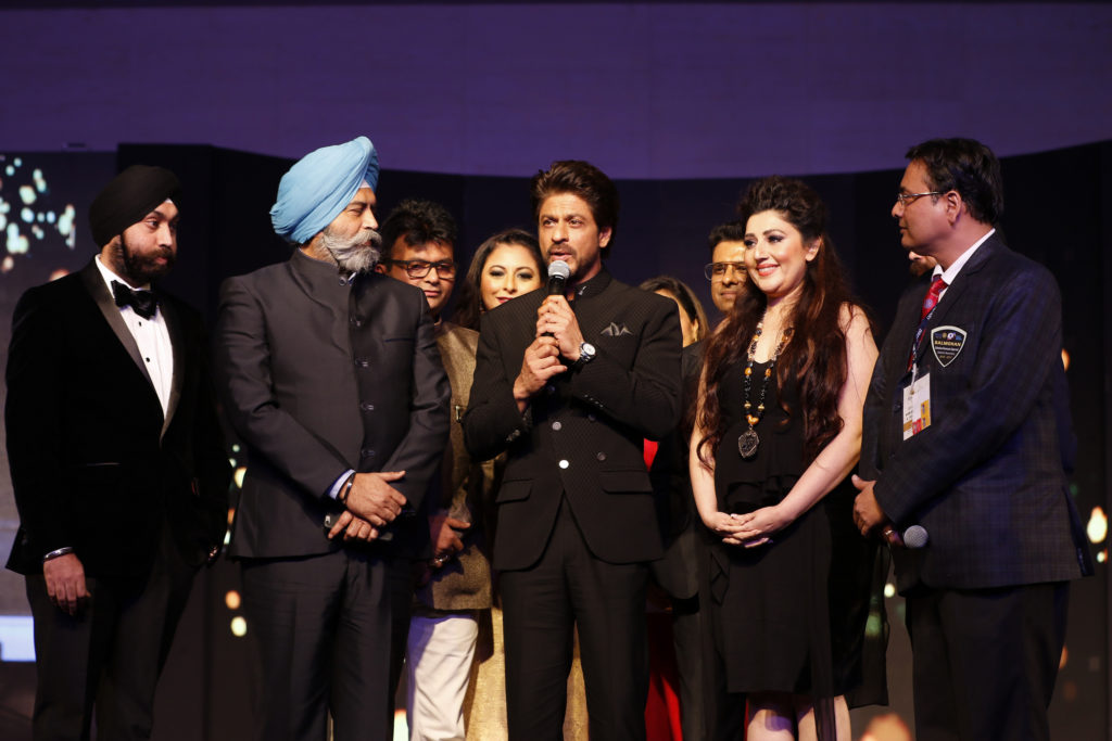 4-dr-aneel-murarka-with-shah-rukh-khan-mr-basannt-r-rasiwasia-and-archana-kochar-_ap_1761