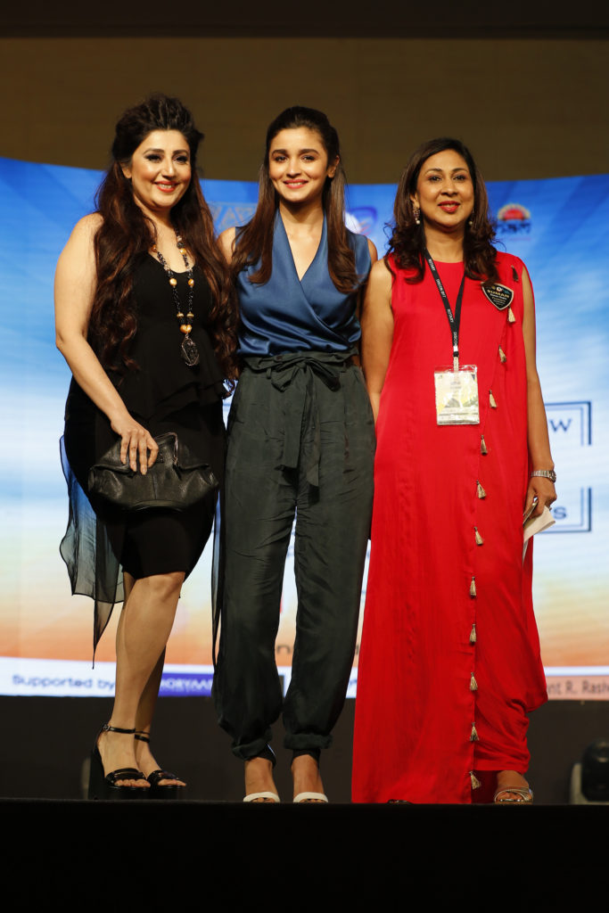 5-archana-kochar-with-alia-bhatt-and-pres-suman-gupta-pres-rotary-club-of-mumbai-divas-_ap_0844